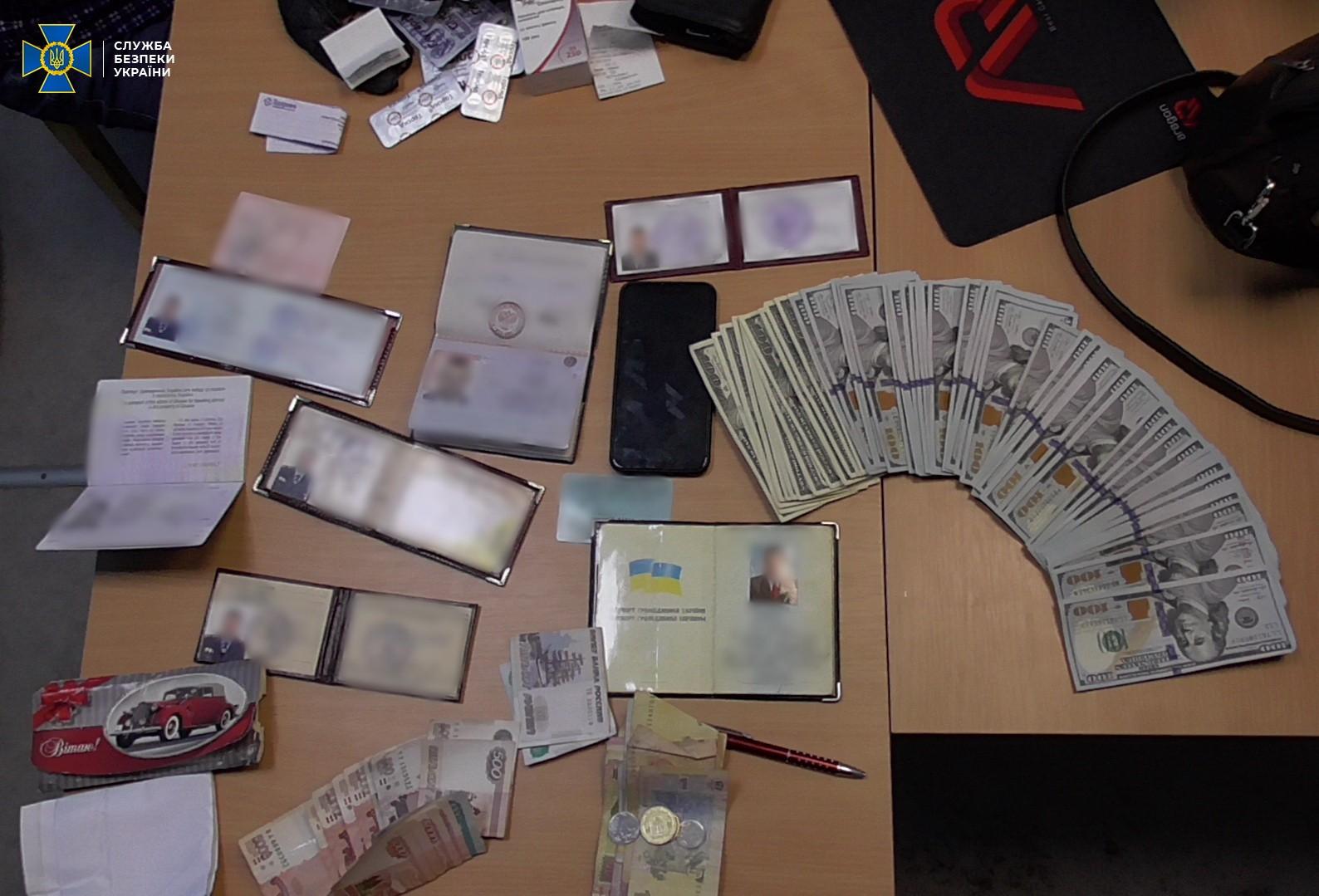 Досмотр вещей задержанного. Фото: Служба безопасности Украины.