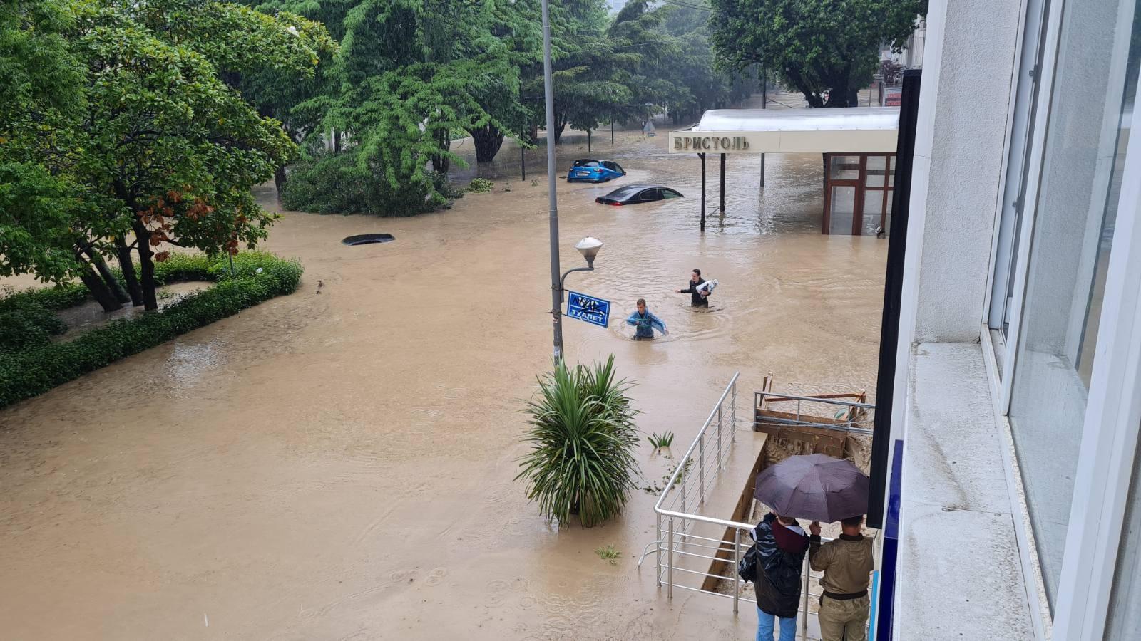 Ялта после дождя. Возле отеля Бристоль