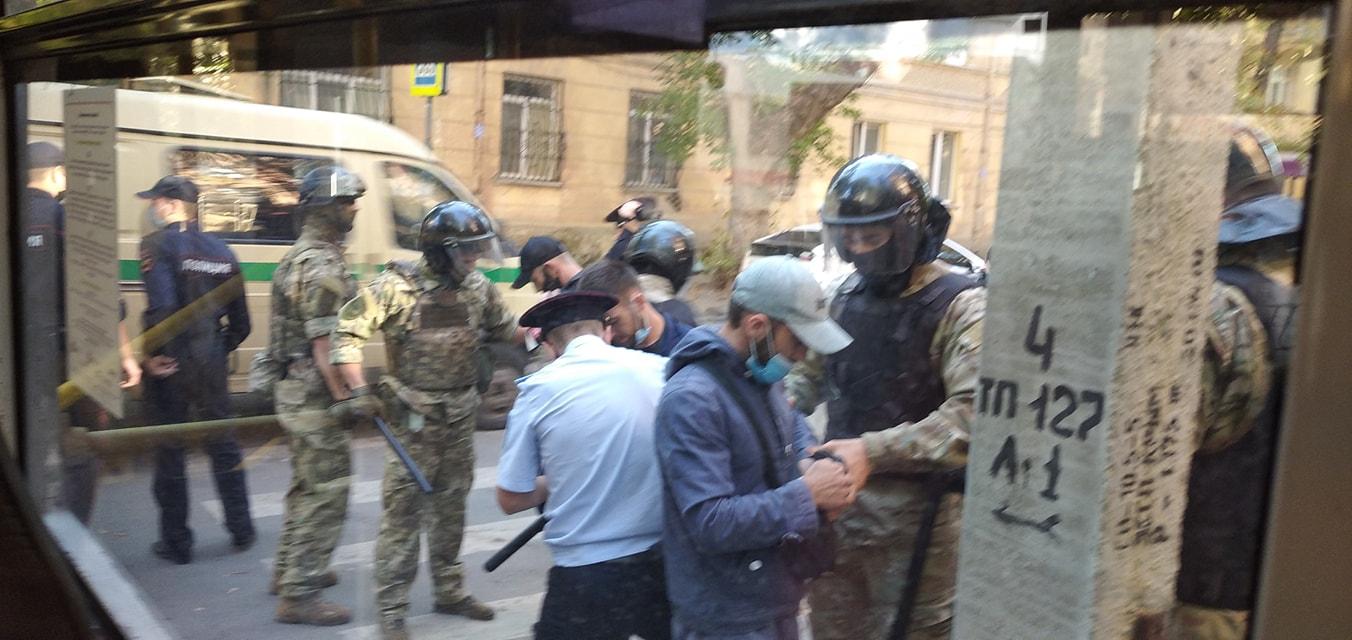 Фото задержания активистов: Заир Смедля.